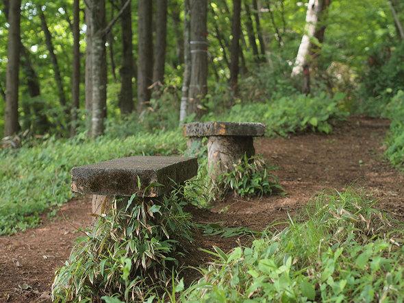 馬頭刈尾根のコンクリートベンチ