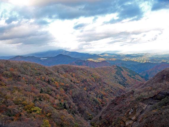 六方沢橋から望む紅葉の絶景