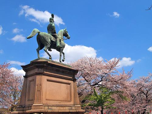 背後の小松宮親王像