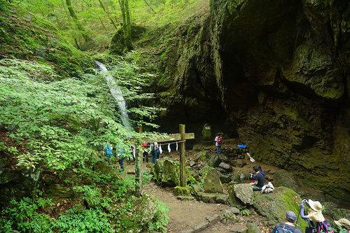 観光客で賑わう綾広の滝