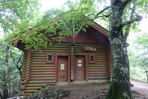 梅雨の三頭山 避難小屋